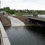 У Нікопольському районі поруч зі зруйнованим мостом зводять понтонний