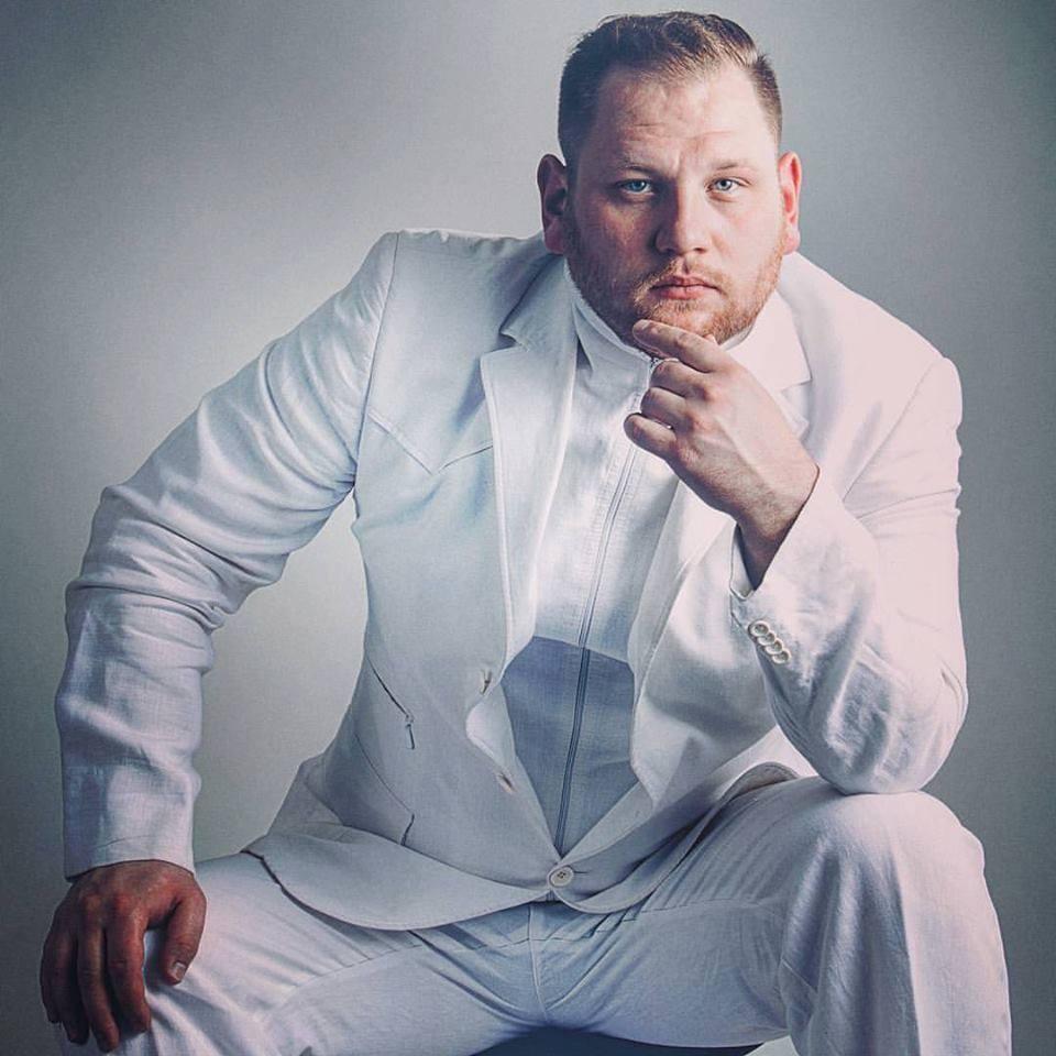 Дмитрий Шрамко, белый костюм