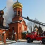 Під Дніпром кілька годин гасять пожежу в храмі